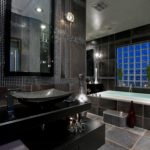 Дизайн ванной комнаты с доминирующим черным цветом