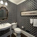 Дизайн ванной комнаты с элементами барокко в черно-белых тонах