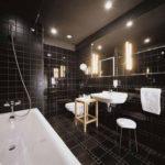 Дизайн ванной комнаты с подсветкой и белыми элементами