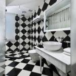 Дизайн ванной комнаты в шахматном стиле с винтажным белым столиком