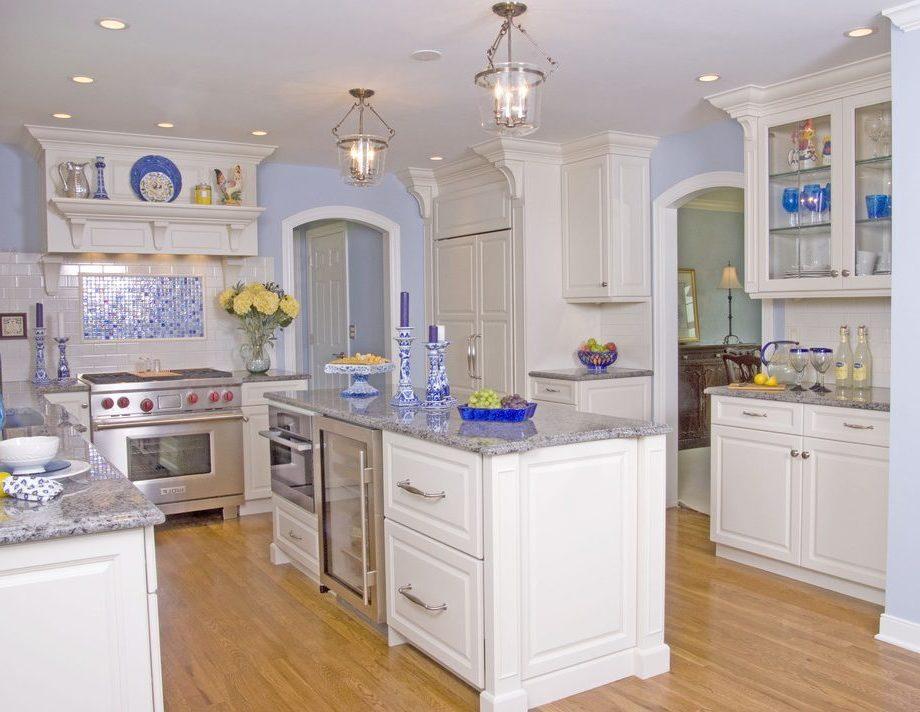 Интерьер белой кухни с элементами под гжель
