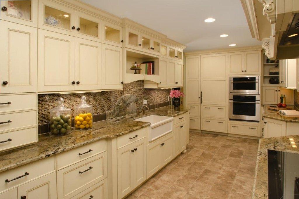 Интерьер белой кухни в бежевых тонах