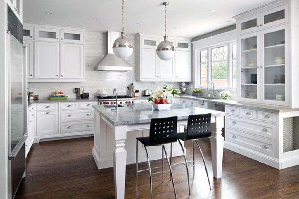 Интерьер белой кухни в стиле кантри