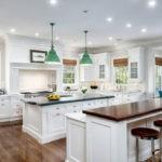Островной дизайн белой кухни в интерьере стиля кантри