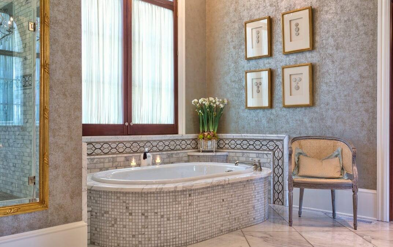 современный дизайн ванной с окном