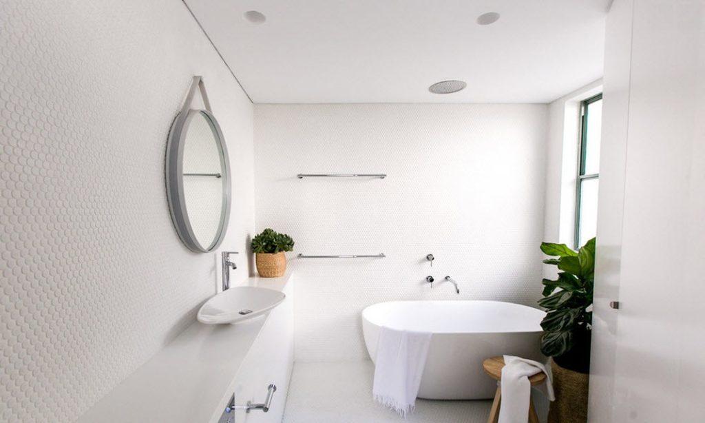 Белая ванная комната красиво и функционально