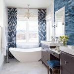 Белая ванная комната синяя плитка