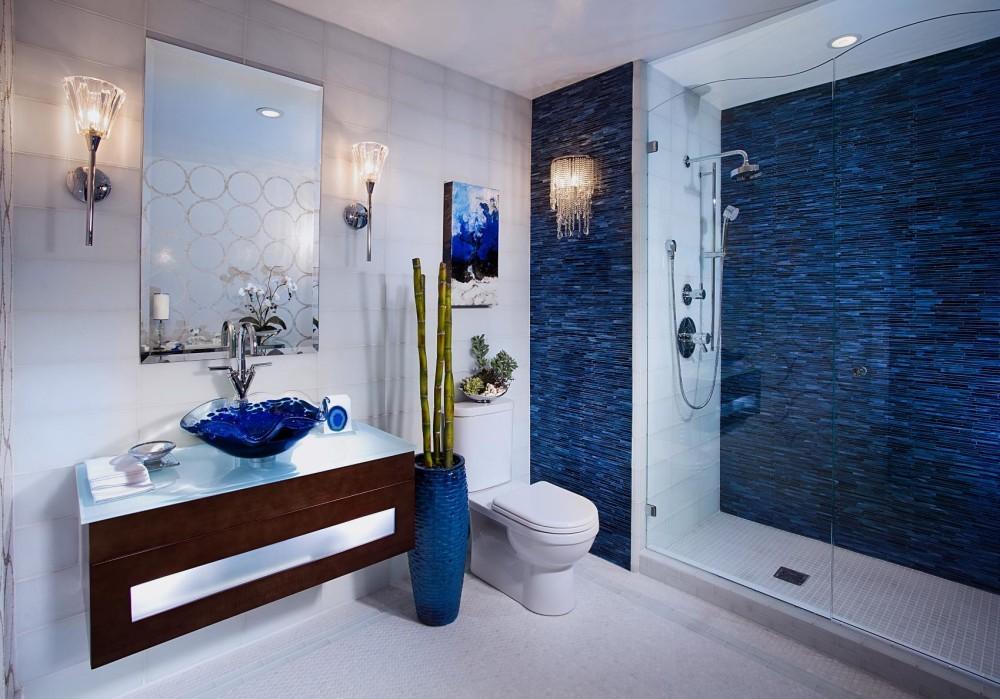 Белая ванная комната средиземноморский стиль с голубым