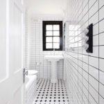 Белая ванная комната в узком пространстве