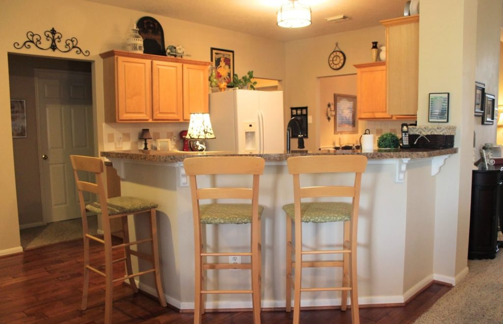 Бежевая кухня бар-стойка вместо стола