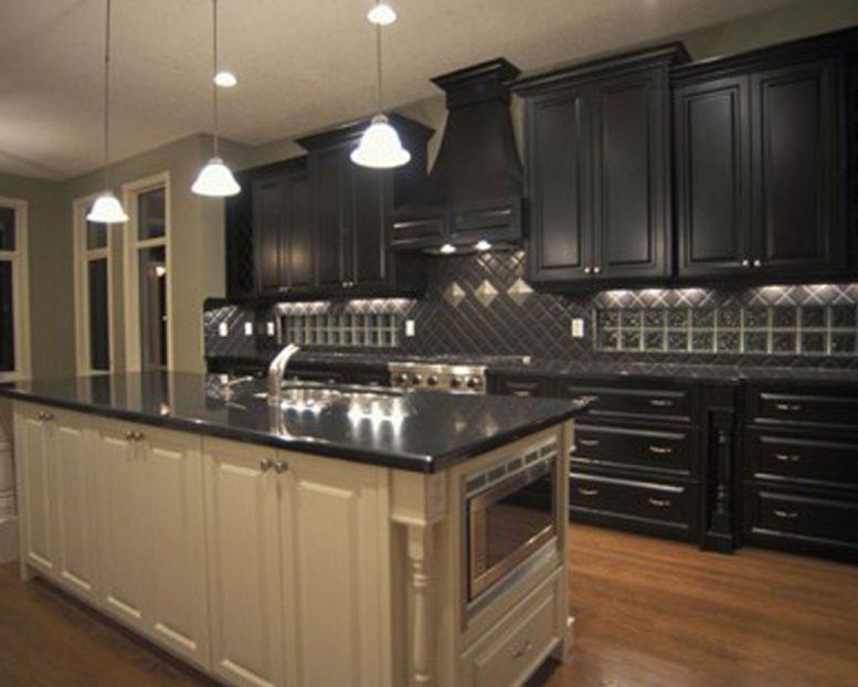 Бежевая кухня черный цвет