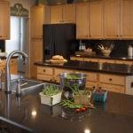 Бежевая кухня гармония с коричневым
