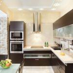 Бежевая кухня коричневая мебель