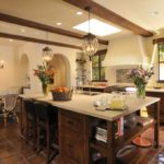 Бежевая кухня в просторном помещении