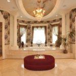 Большая мраморная ванная с джакузи и кушеткой