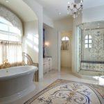 Большая светлая ванная с мозаикой на полу