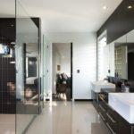 Большая ванная хай-тек белый и коричневый цвета