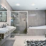 Большая ванная мозаика и белый кафель