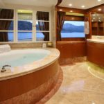 Большая ванная мрамор и деревянная обшивка