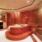 Большая ванная плитка под красный мрамор