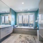 Большая ванная в серо-голубой гамме
