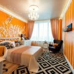 Декор спальни рельефный рисунок из белого гипса на оранжевом фоне