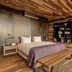 Декор спальни с обшивкой доской из натуральной древесины