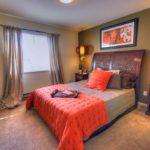 Декор спальни серо-коричневая гамма с оранжевыми акцентами