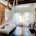 Декор спальни стиль лофт с балдахином и глянцевым полом