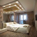 Декор спальни зеркало в изголовье и подсветка над кроватью