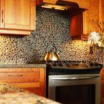 Декоративный камень на кухне фартук из морской гальки
