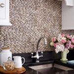 Декоративный камень на кухне фартук из речной гальки