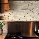 Декоративный камень на кухне фартук из сланца