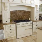 Декоративный камень на кухне классика