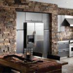 Декоративный камень на кухне стены