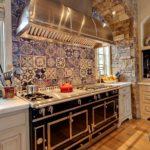 Декоративный камень на кухне стены арка и расписная кафельная плитка