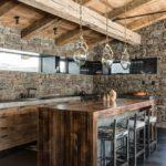 Декоративный камень на кухне стены с деревянной крышей