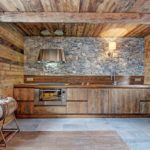 Декоративный камень на кухне в деревянном доме с обшивкой