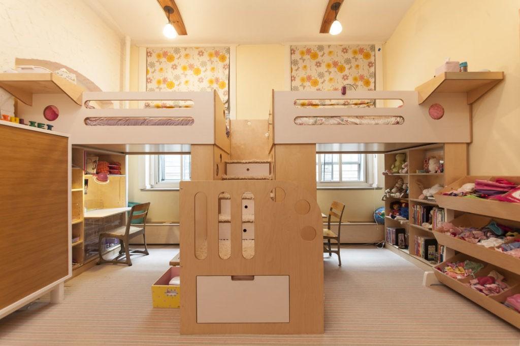 Дизайн детской комнаты для двух разнополых детей кровать над столом