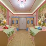 Дизайн детской комнаты для двух разнополых детей кровати с рундуками