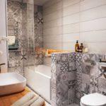 Дизайн ванной комнаты 6 кв м плиточным орнаментом