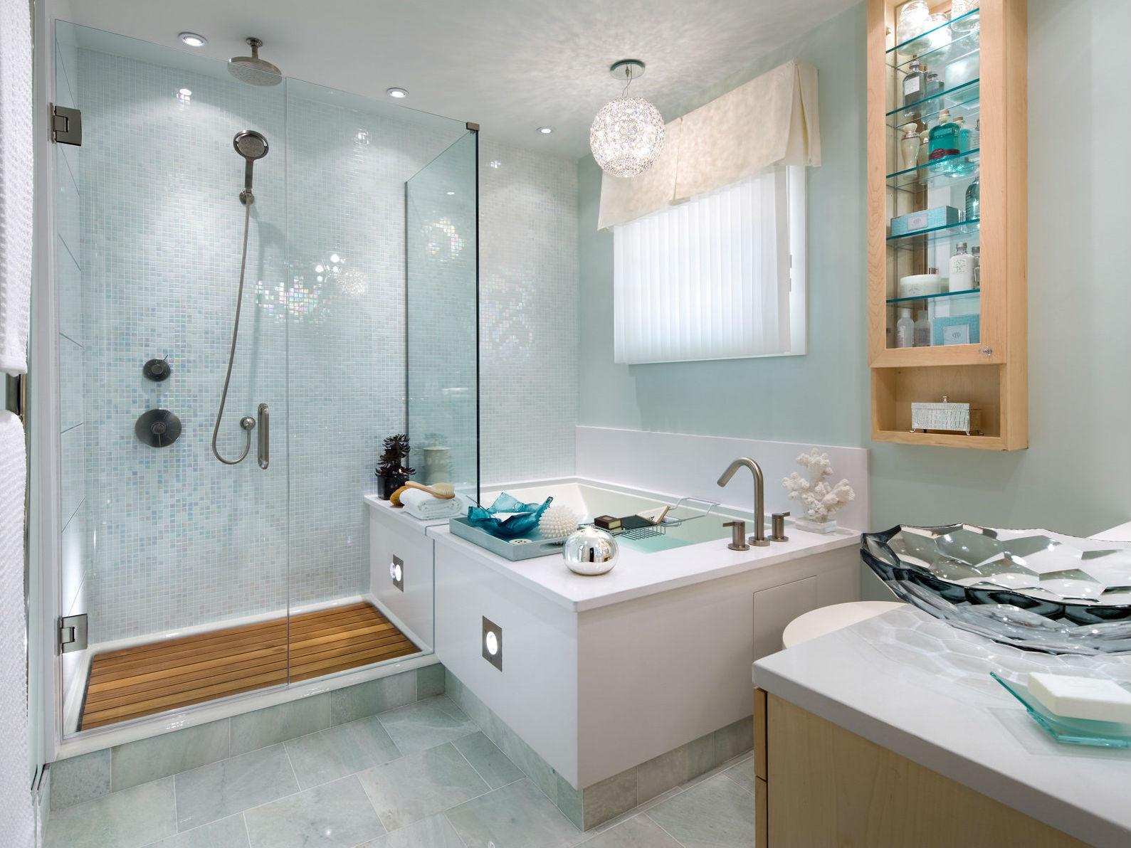 Дизайн ванной комнаты хайтек из стекла и кафеля