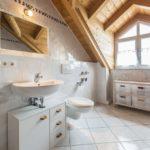 Дизайн ванной комнаты в частном доме хайтек и дерево