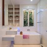 Дизайн ванной комнаты в частном доме хайтек в белых тонах