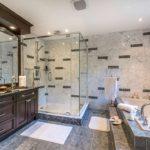 Дизайн ванной комнаты в частном доме с кафелем и мебельным гарнитуром