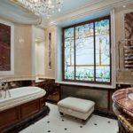 Дизайн ванной комнаты в частном доме с оконным витражом