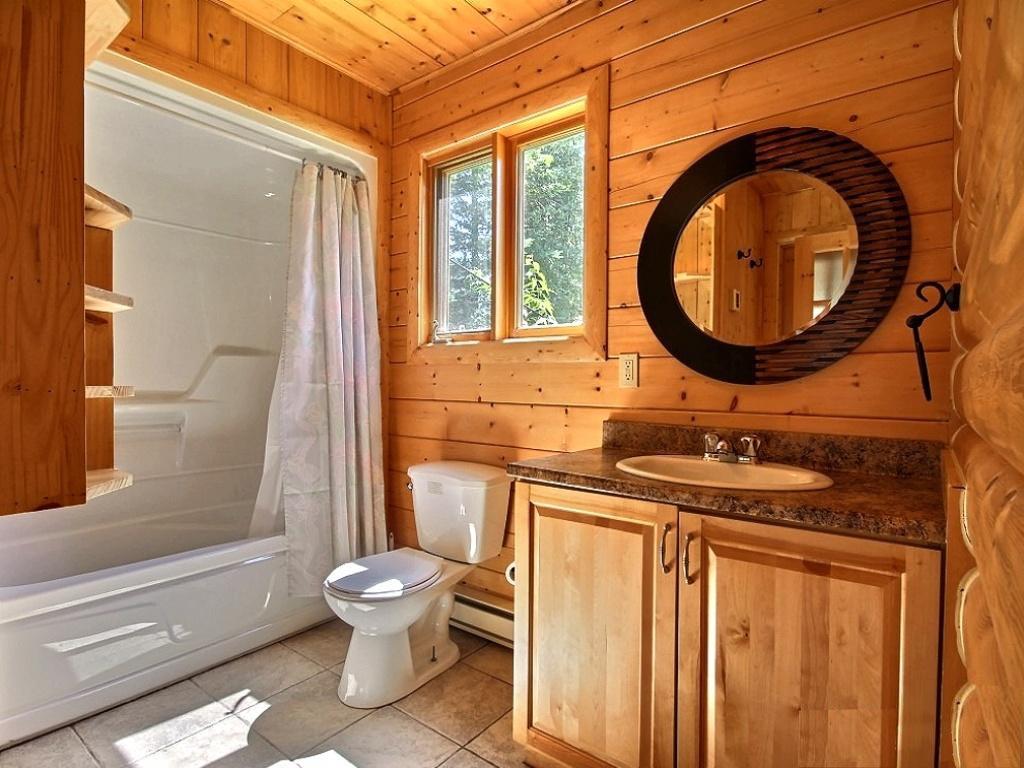 Дизайн ванной комнаты в доме из деревянного сруба