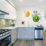 Фотообои в интерьере кухни с фруктовым фрешем