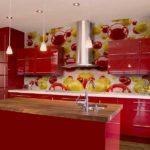 Фотообои в интерьере кухни с ярко-красной палитрой