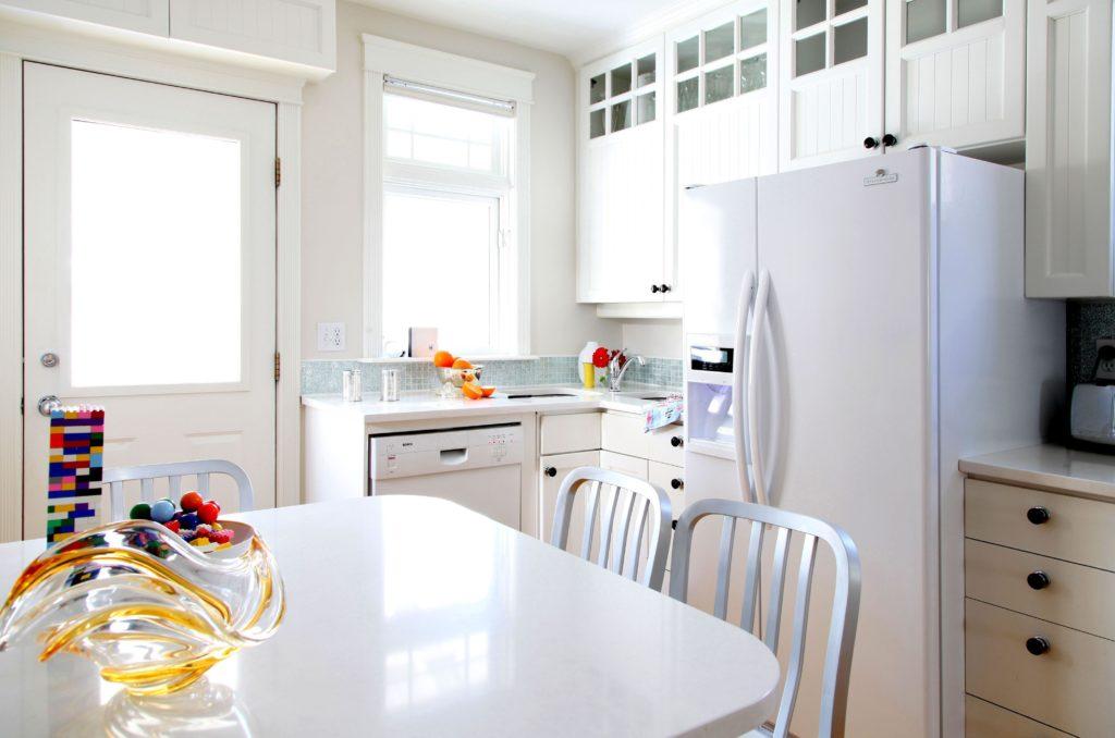 Холодильник белого цвета в интерьере белой кухни